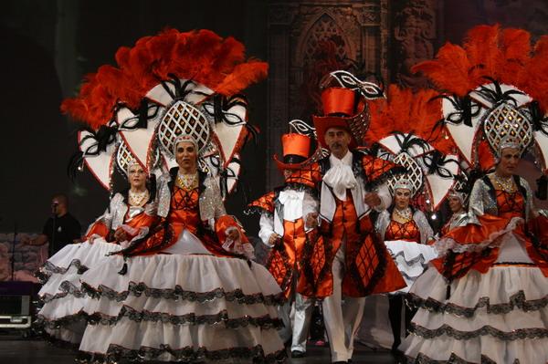 Tanzgruppen während der Show im Messezentrum in Santa Cruz auf Teneriffa