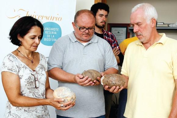 Stolz präsentieren die Paläontologen ihren außerordentlichen Fund.