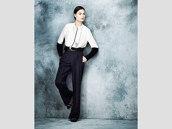 Die elegante Variante von Black & White: Nadelstreifenhose in weiter Form, dazu ein fließendes Oberteil. Von Marks & Spencer