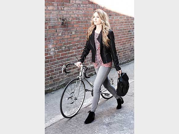 Skinny Jeans bleiben im Trend und werden jetzt zu Bikerjacken kombiniert. Von Dunnes