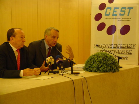 The regional ministerJosé Carlos Mauricio (left) says he has secured a funding extension