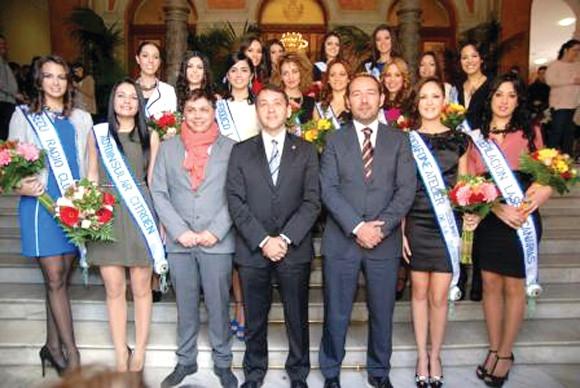 Der Bürgermeister von Santa Cruz empfing die 16 Kandidatinnen im Rathaus.