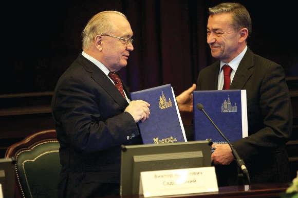 Paulino Rivero und Moskaus Universitätsdirektor Viktor Sadovnicheva besiegeln eine gute Zusammenarbeit.