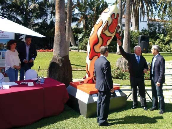 """Die Orka-Skulptur """"Cangrejo arlequín"""" des Künstlers Alejandro Tosco (re.i.Bi.) wird enthüllt."""