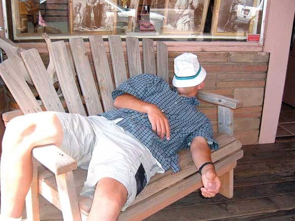 Wann und ob der Mensch müde wird, wird unter anderem vom Hormon Melatonin bestimmt.