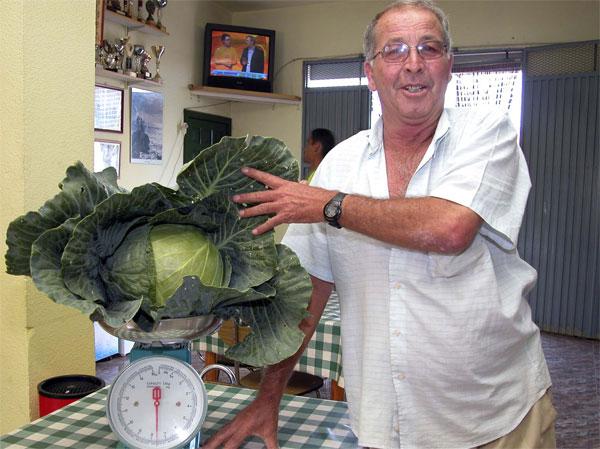 Lázaro Álvarez Delgado with his record breaking cabbage
