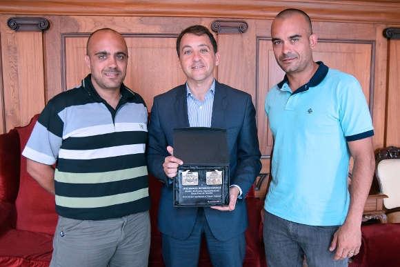 Die Brüder Dorta bedankten sich beim Bürgermeister von Santa Cruz (Mitte) mit einer Erinnerungsplakette.