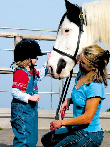 Bereits Kinder werden mit dem Pferd vertraut gemacht