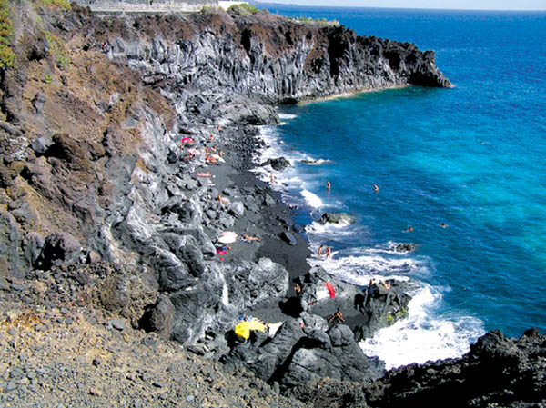 Zerklüftete Felsen an der Playa Las Monjas