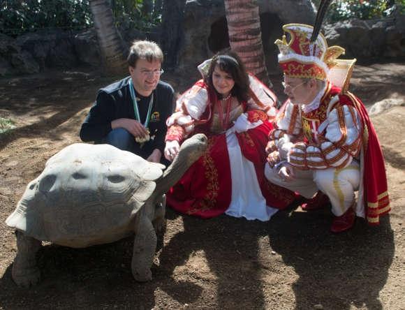 Das rheinische Prinzenpaar mit Dr. Matthias Reinschmidt bei den imponierenden Galapagos-Riesenschildkröten