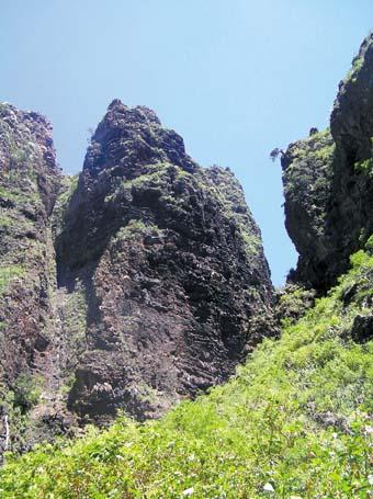 Ein faszinierender Wanderweg an steil aufragenden Felsen entlang