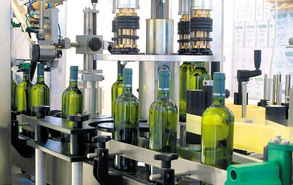 Der Wein wird in Flachen gefüllt und mit einem Etikett versehen