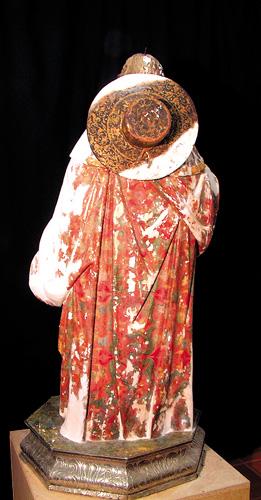 Nicht nur Farbe blättert an den Heiligenfiguren ab, auch abgebrochene Teile müssen nachgeschnitzt werden