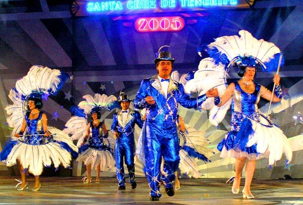 Während der Show treten hunderte von Tänzern auf