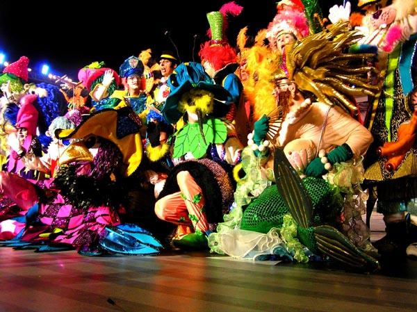 Im Mittelpunkt stehen die farbenfrohen Kostüme