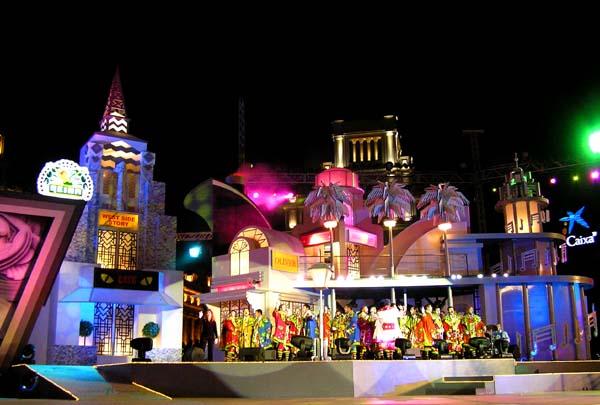 Die rechte Hälfte der riesigen Bühne vor dem Inselpalast in Santa Cruz