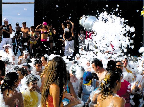 Schaumkanone beim Straßenfest in Bajamar