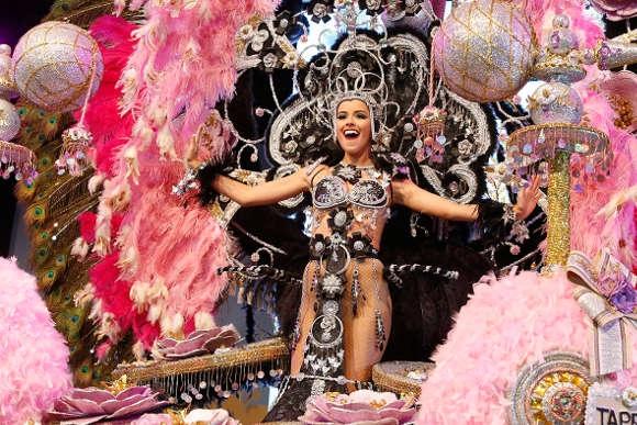 Die strahlende Siegerin und Karnevalskönigin 2015 von Arona.