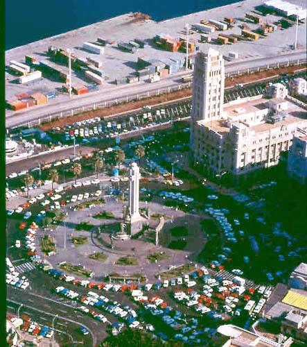 """Der Sitz der Inselregierung, """"Palcio Insular"""" vor der zentralen Plaza de España in Santa Cruz"""