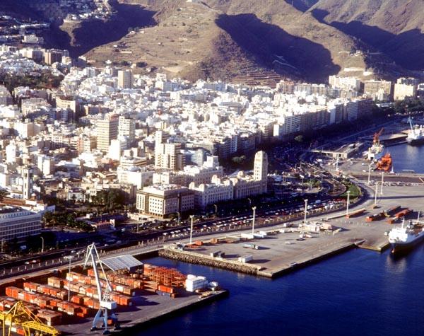 Der Hafen und die Innenstadt von Santa Cruz aus der Vogelperspektive