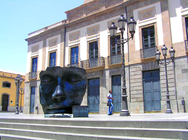 Das Teatro Guimerá mit der charismatischen Metallskulptur