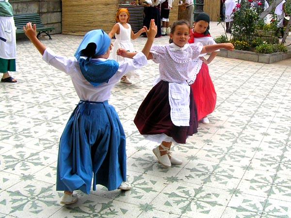 Kinder beim Tanz in traditionellen Trachten