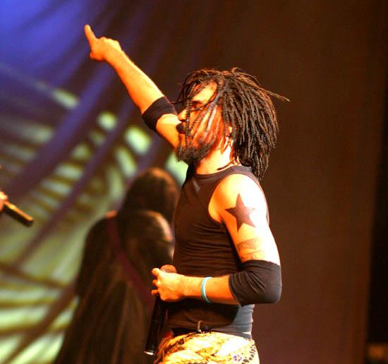 Dreadlocks und raumgreifende Gesten: Der S�nger X Alfonso aus Kuba ist einer der auftretenden K�nstler