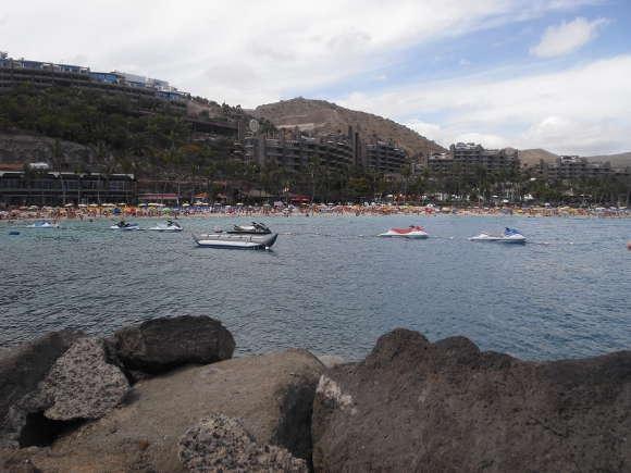 Eines der Anfi-Resorts vom Meer aus betrachtet.