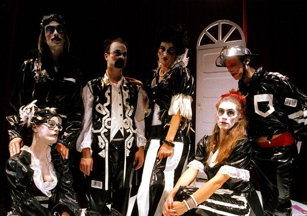 Das Ensemble des Ionescu-Stückes La cantante calva (Die kahle Sängerin)