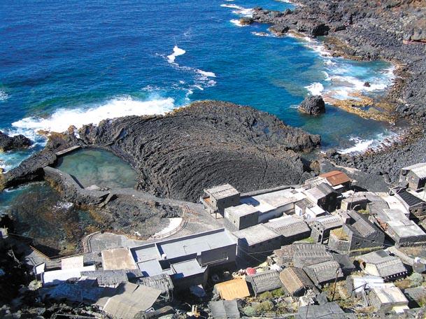 "Blick auf die Vulkansteinplatte in der ""Bahia de las Calcosas"""