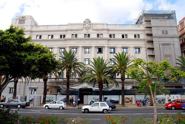 """Der Sitz von Teneriffas Inselregierung, """"Palcio Insular"""", zur Zeit  der Fassadenrenovierung"""