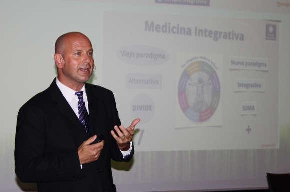 Dr. Jordi Postius bei einem Vortrag über integrative Medizin.