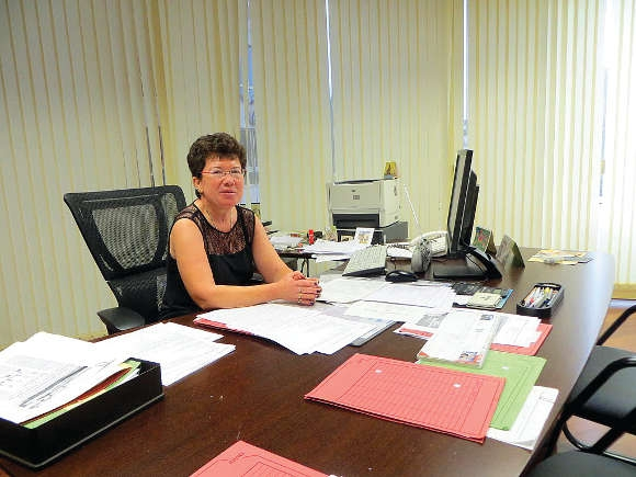 Konsulin Metz bei der Arbeit im Konsulat in Las Palmas.