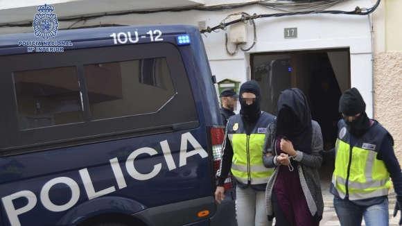 Verdächtige IS-Terroristin festgenommen.