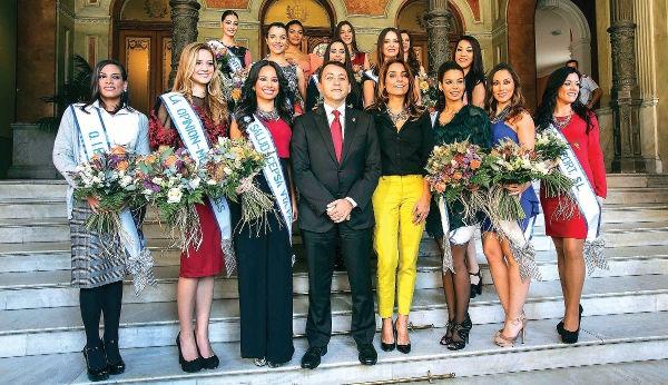 Bürgermeister Bermúdez empfängt die Kandidatinnen zur Wahl der Karnevalskönigin im Rathaus.