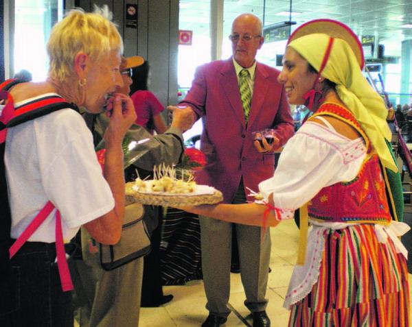 In der Ankunftshalle des Südflughafens wurde ankommenden Gästen Ziegenkäse und Wein angeboten