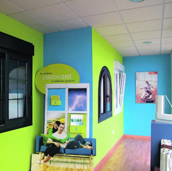 Im Schauraum werden Vorschläge für kreative Fenstergestaltung ausgestellt.