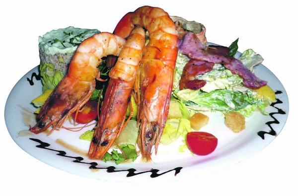 Gemischter Vorspeisenteller mit Riesengarnelen, Schrimp-Cocktail, Ceasar-Sadad und Thaiändischem Krabbencocktail