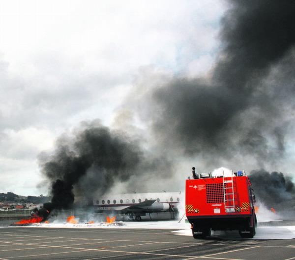 Die Löschfahrzeuge konnten das brennende Flugzeugwrack binnen weniger Minuten löschen