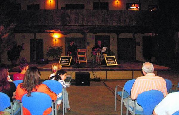 Die Romantik des sanft beleuchteten Innenhofs gab dem Konzert den perfekten Rahmen.