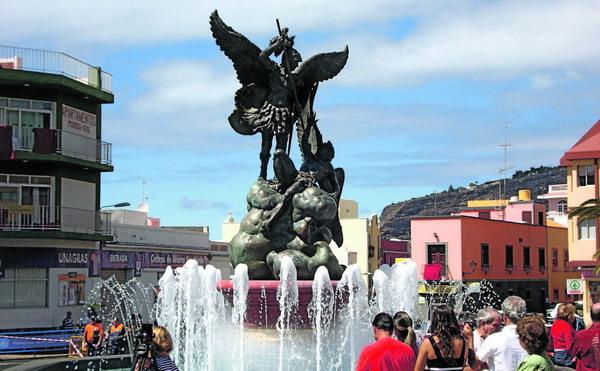 Die Bronzeskulptur des Erzengels Michael vor dem Rathaus von Tazacorte