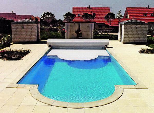 Eine Pool-Abdeckung sollte nicht nur Energie sparen, sondern auch optisch in die Umgebung passen
