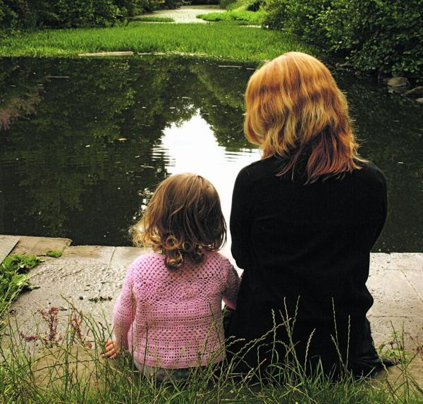 Isolation und Einsamkeit machen Müttern oft zu schaffen – da trügt die Idylle…