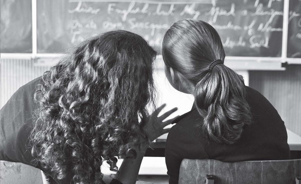 Auch das Tuscheln im Schulunterricht gehört zur Kommunikation