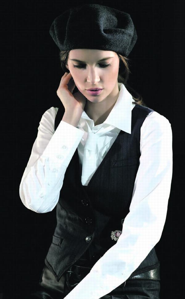 Klassisch: weiße Bluse zur Weste