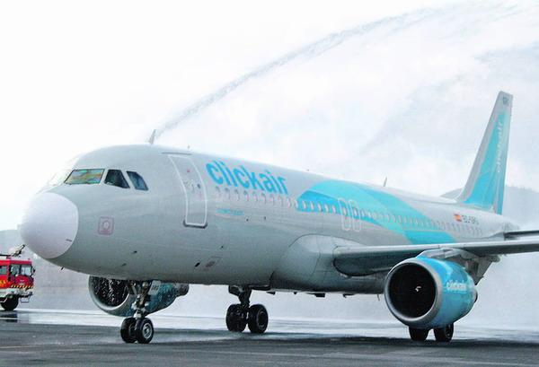 """Eine nasse, aber herzliche Begrüßung der türkisblauen """"clickair"""" in Los Rodeos"""