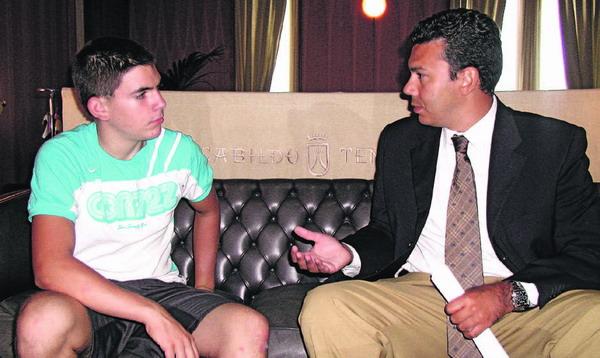 Der erfolgreiche 15-jährige Bergsteiger Juan Lancelot Triana Higuera wurde im Cabildo vom Sportrat empfangen