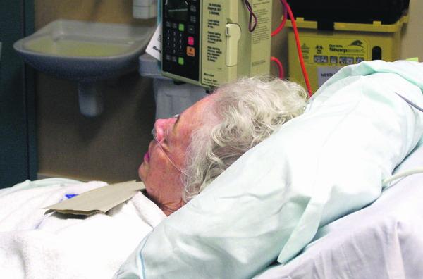 Alte Menschen gehören zur Risikogruppe für eine Lungenentzündung, die im Krankenhaus auftritt