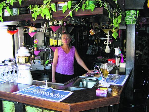 """Seit fünf Jahren ist Jutta Chefin im Bierlokal """"Zum Krombacher"""""""