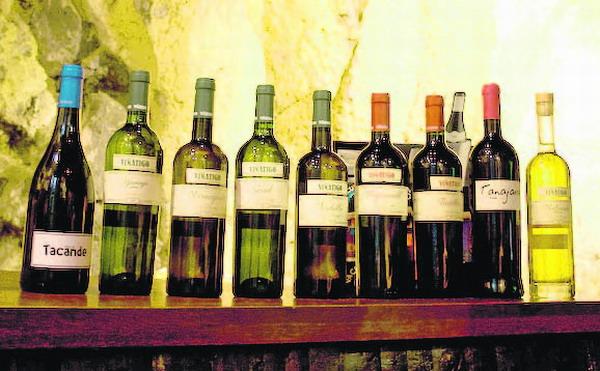Das Sortiment umfasst Weiß-, Rot- und Roseweine sowie eine süße Dessertweinvariante